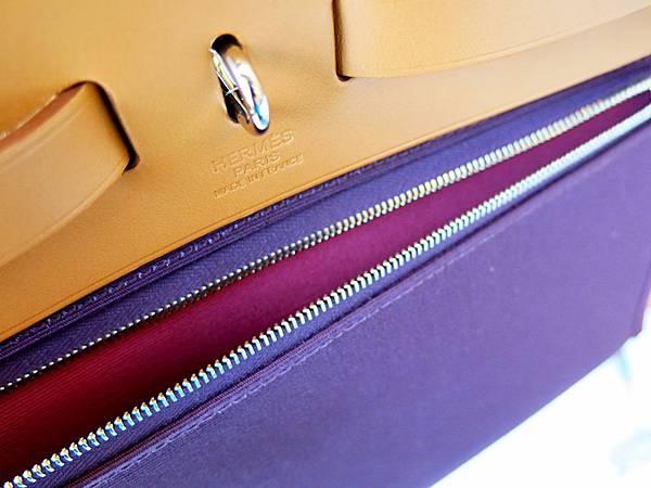 圖22 雙色Herbag Zip,包包外部是主色,包包內部及拉鍊袋內是副色。