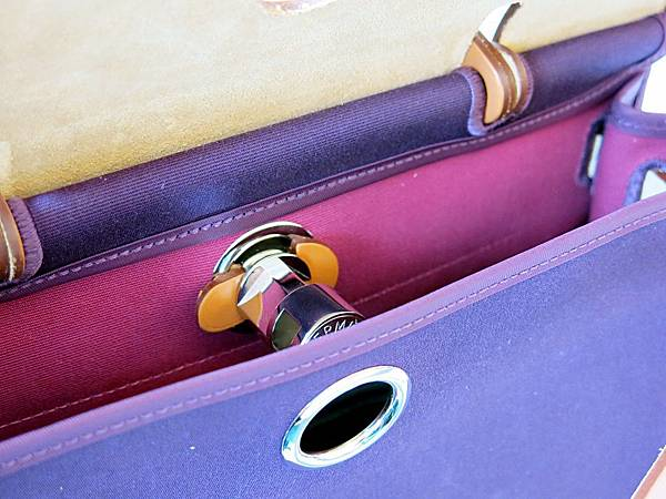 圖25 步驟三〜把包包前片拉出開關軸心