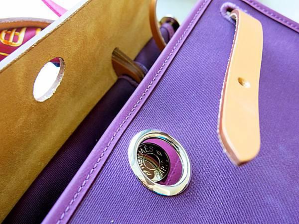 圖28 Herbag Zip的開關設計像門拴,翻蓋是〜門,皮帶是〜栓。