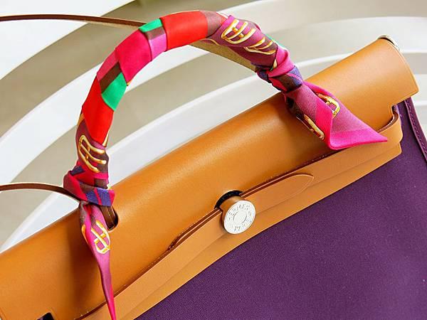 圖30 挑中一條絕美Twilly,搭配我的雙色Herbag Zip。