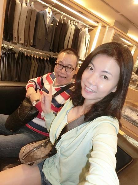 圖1 我和咪呢在DURBAN男裝店