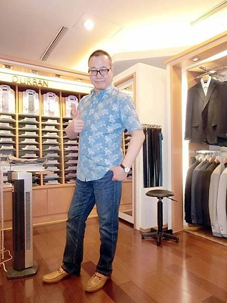 圖19 咪呢穿上新買的DURBAN襯衫,牛仔褲是K&G。