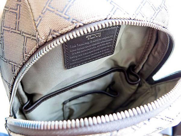 圖15 包包主體有一大一小兩個口袋夾層