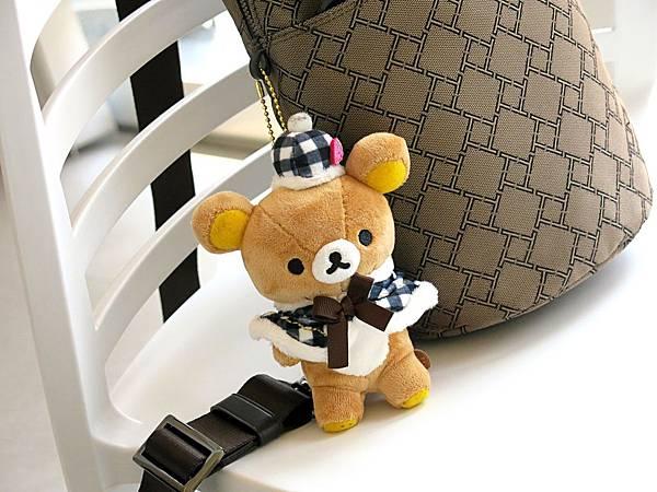 圖16 TUMI防彈布有點Man,買一隻可愛小熊來柔化包包。