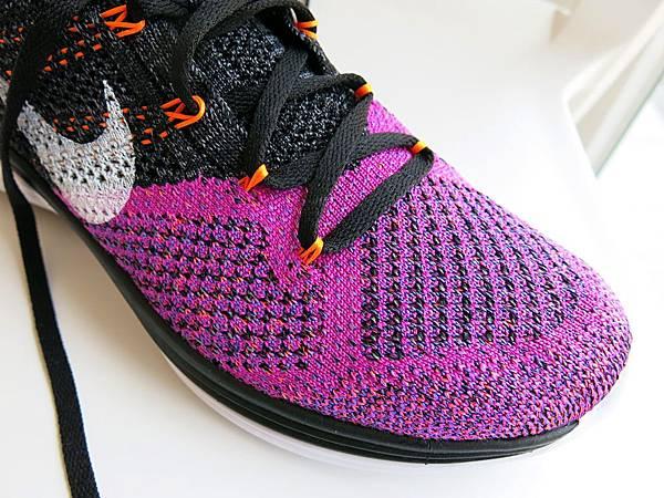 圖7 NIKE編織跑鞋前掌網眼加大,增加透氣度。