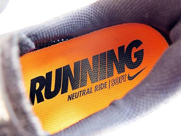 圖19 Lunar 3鞋墊有「Running」字樣