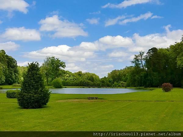 圖17 藍天白雲籠罩整個古堡園區.jpg