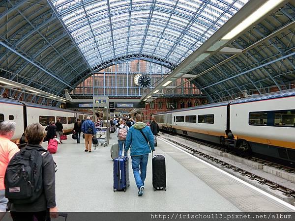 圖11 5月29日咪呢在St Pancras車站推行李的背影