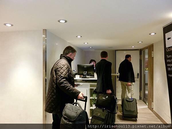 圖24 巴黎機場VlP室入口狹小,只有一位工作人員,必須排隊進入。.jpg