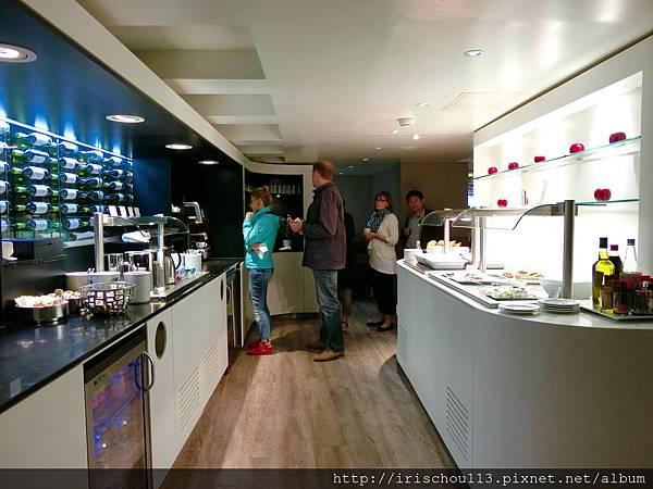 圖26 巴黎機場VlP室餐食簡陋.jpg