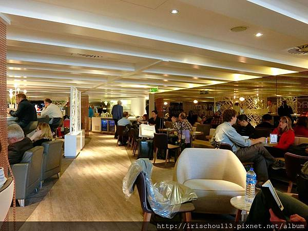 圖27 巴黎機場VlP室人滿為患,一位難求。.jpg