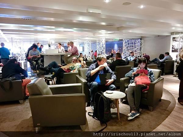 圖28 巴黎機場VlP室人滿為患,一位難求。.jpg