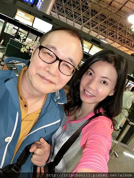 圖3 5月28日我和咪呢在桃園機場長榮航空櫃檯前.jpg