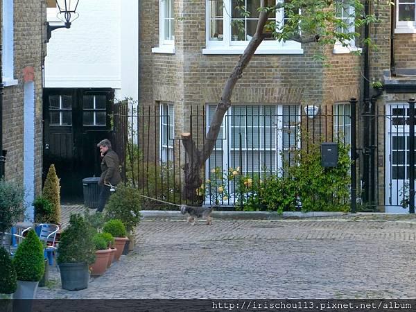 圖30 窗外的~男人與狗.jpg