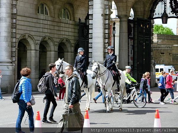 圖11 海軍拱門前的英國騎警.jpg