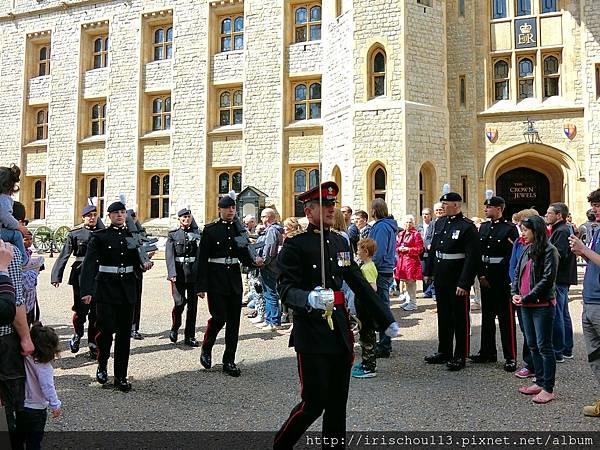 圖15 走出珠寶塔,剛好看到衛兵交接。.jpg