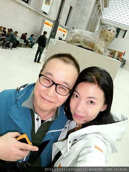 圖1 我和咪呢在大英博物館.jpg
