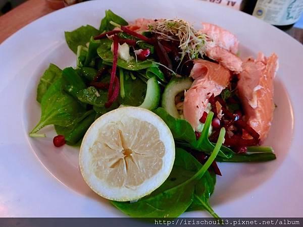 圖10 煙燻鮭魚沙拉.jpg