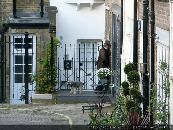圖19 倫敦Day 1從餐廳窗外看到這位蹓狗的男人.jpg