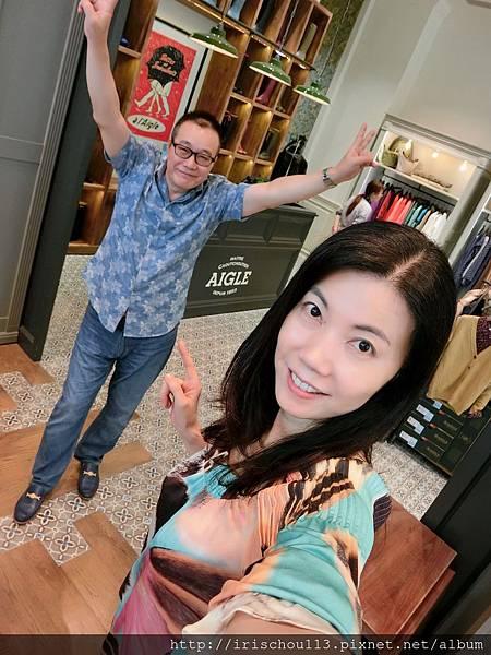 圖1 我和咪呢在AIGLE旗艦店.jpg
