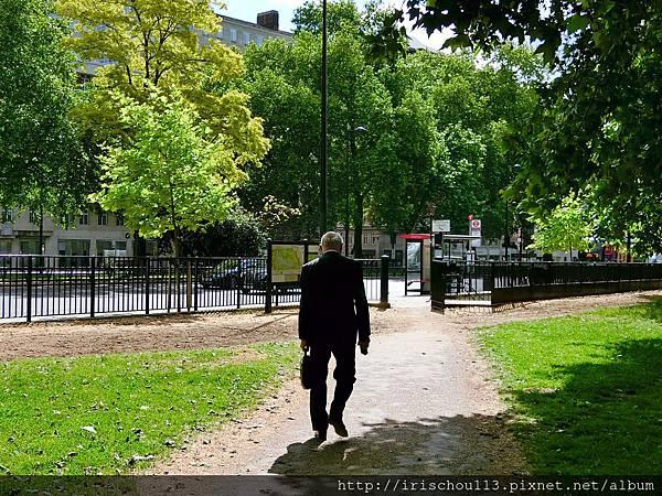圖11 上了年紀的英國男人依然身穿全套西裝,一派紳士。.jpg