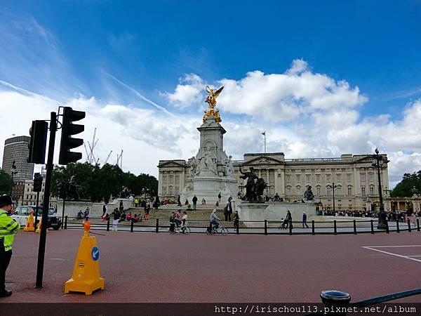 圖31 白金漢宮前的維多利亞女王紀念碑.jpg