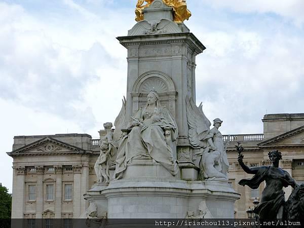 圖33 白金漢宮前的維多利亞女王紀念碑.jpg