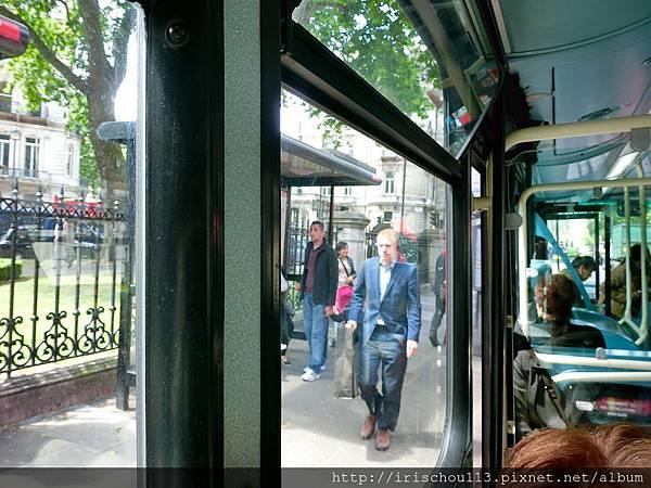 圖47 我和咪呢在倫敦公車上.jpg