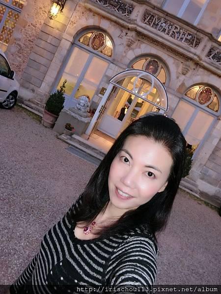 圖60 晚餐後在我古堡前方空地散步.JPG
