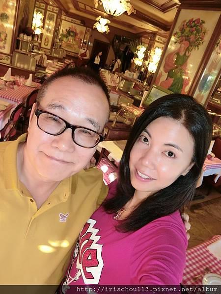 圖32 我和咪呢在豬腳餐廳.JPG