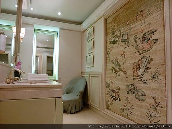 圖21 銀塔餐廳女用化妝室裡有百鴨圖.jpg