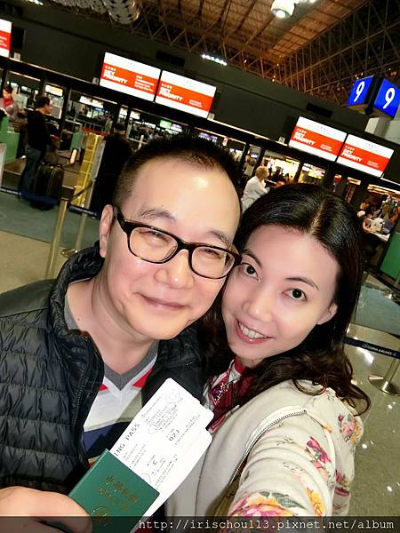圖1 11月1日我和咪呢在中華航空登機櫃檯前.jpg