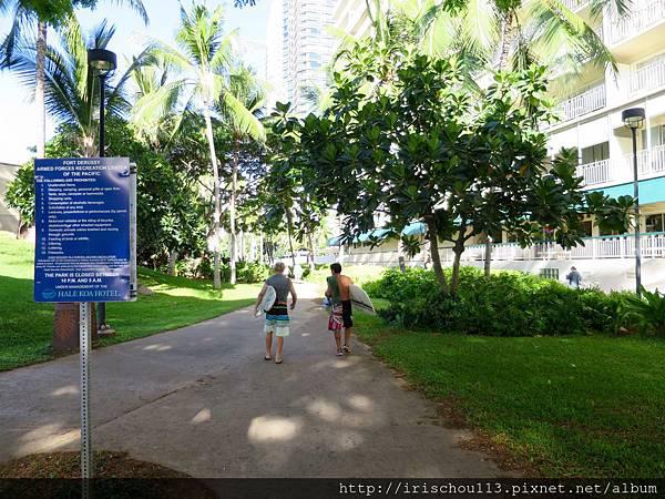 圖26 來去川普酒店與威基基海灘的一段路.jpg