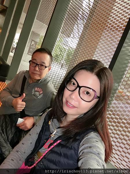 圖11 我和咪呢在一樓大廳.jpg