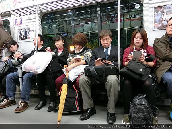 P2)東京地鐵車廂內.jpg