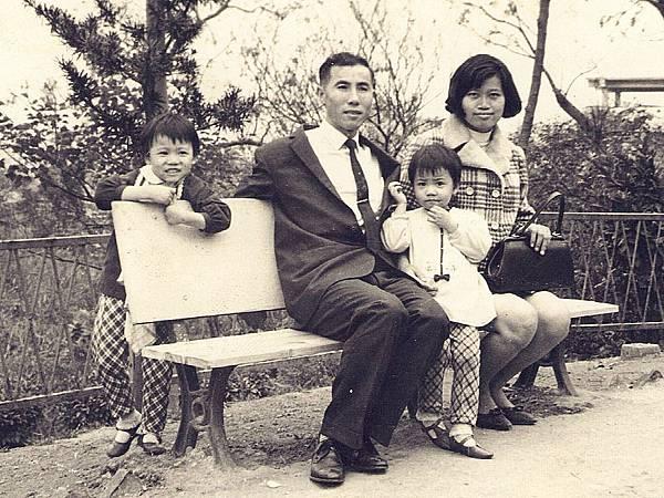 圖1:爸爸在民航局擔任公職,斜靠在爸爸身上的是三歲時的我。.JPG