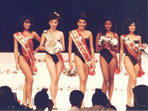圖1 1988年「世界模特大賽」總決賽舞台,中國小姐周慧芬(左二)榮獲「亞洲最佳模特」及「全球十大名模」。.JPG