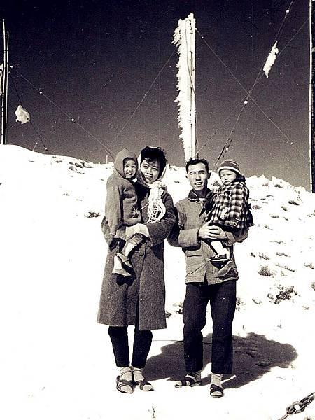 圖1 我未滿周歳時,爸爸抱著我,帶著媽媽、姊姊到合歡山出差。.JPG