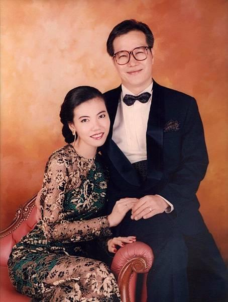 圖1 我與咪呢的結婚照,我穿著自己設計的小禮服。(1993年).JPG