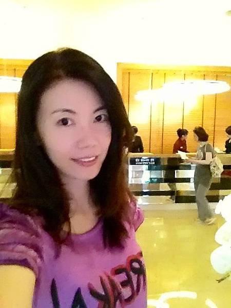 圖2 我在高雄福華飯店一樓大廳.JPG