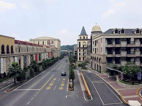 圖7 從皇冠假日飯店與義大廣場之間的天橋上可見義守大學.JPG