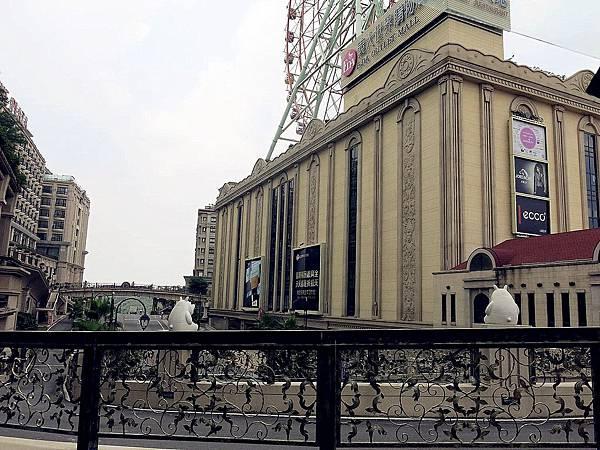 圖6 從皇冠假日飯店與義大廣場之間的天橋上可見摩天輪.JPG
