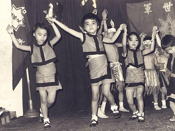 P1)我在幼稚園中班時(圖中)已經是全校最高最胖的小朋友,比讀大班的姊姊(圖左)高胖許多。.JPG