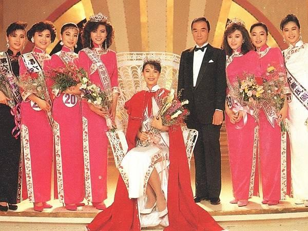 P1)1988年第一屆中國小姐前八名,左邊第四位戴后冠的是周慧芬。.JPG