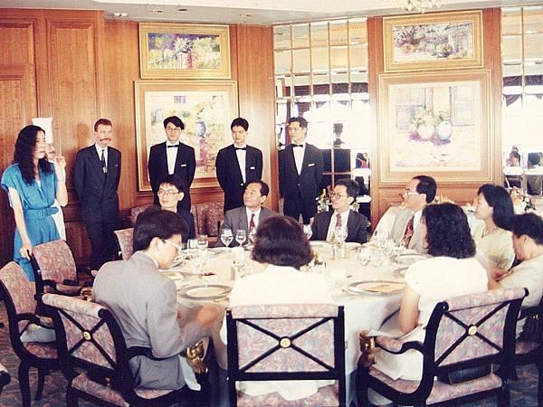 P1)1992年春季「香江名饌美食之旅」,我與澤治帶領讀者在香港太古廣場港島香格里拉五十六樓Petrus餐廳享用法國料理,我負責主持宴會開場。.JPG