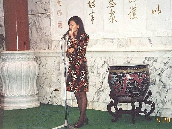 P1)1996年CC美食俱樂部「北京釣魚台國賓館國宴之旅」,我們帶領讀者下榻國賓館並享用國宴。本圖是我在國賓館二號樓宴會廳主持國宴開場。.JPG