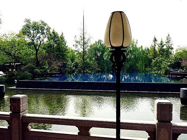 P8)從Lobby向外看去可見夢幻泳池.JPG