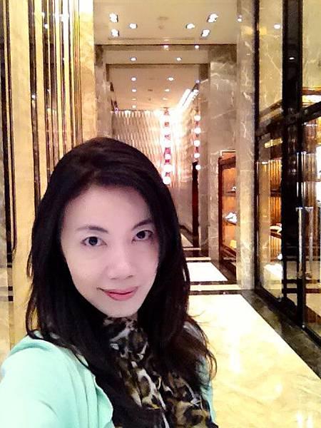 P3)我在浦東四季Lobby.JPG