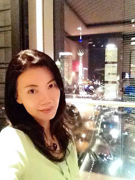 P5)我在客房內,身後落地窗外有無敵美景。.JPG