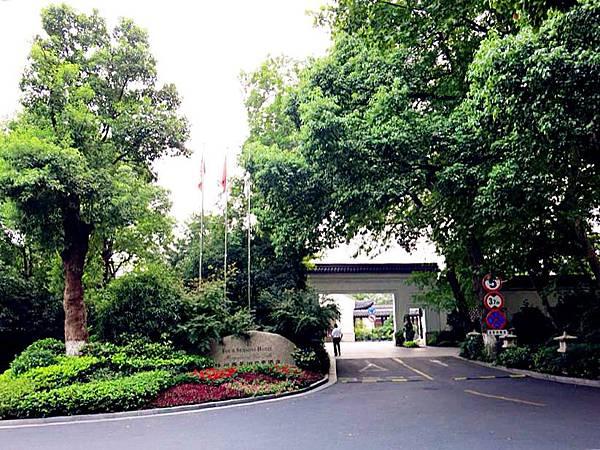 P2)杭州四季酒店就位於西湖旁.JPG